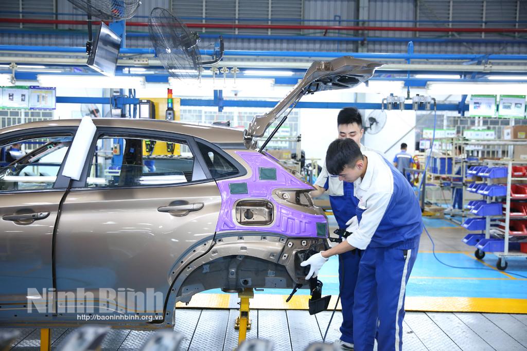 Doanh nghiệp trong các khu công nghiệp nỗ lực khôi phục sản xuất